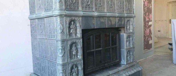 Изразцовый камин с изображениями рыцарей