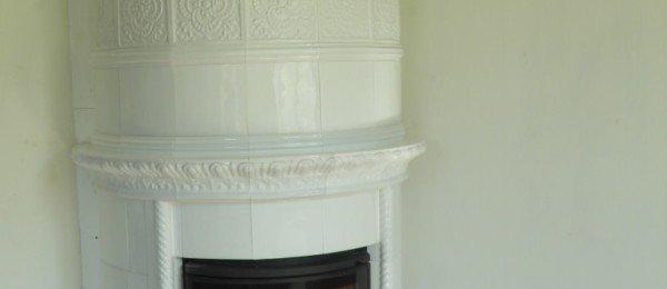 Угловой белый камин