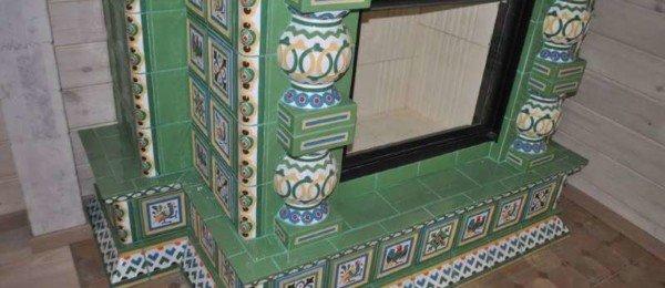 Изразцовый камин в зеленых тонах
