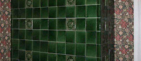 Угловая изразцовая печь зеленого цвета