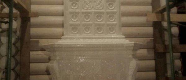 Светлый изразцовый камин