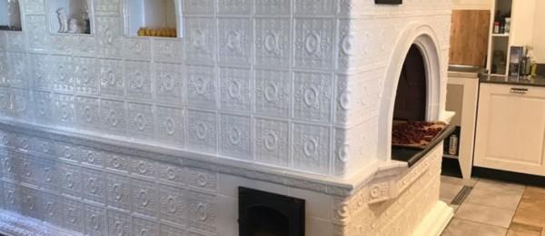 Печь в белых изразцах «Реставрация»