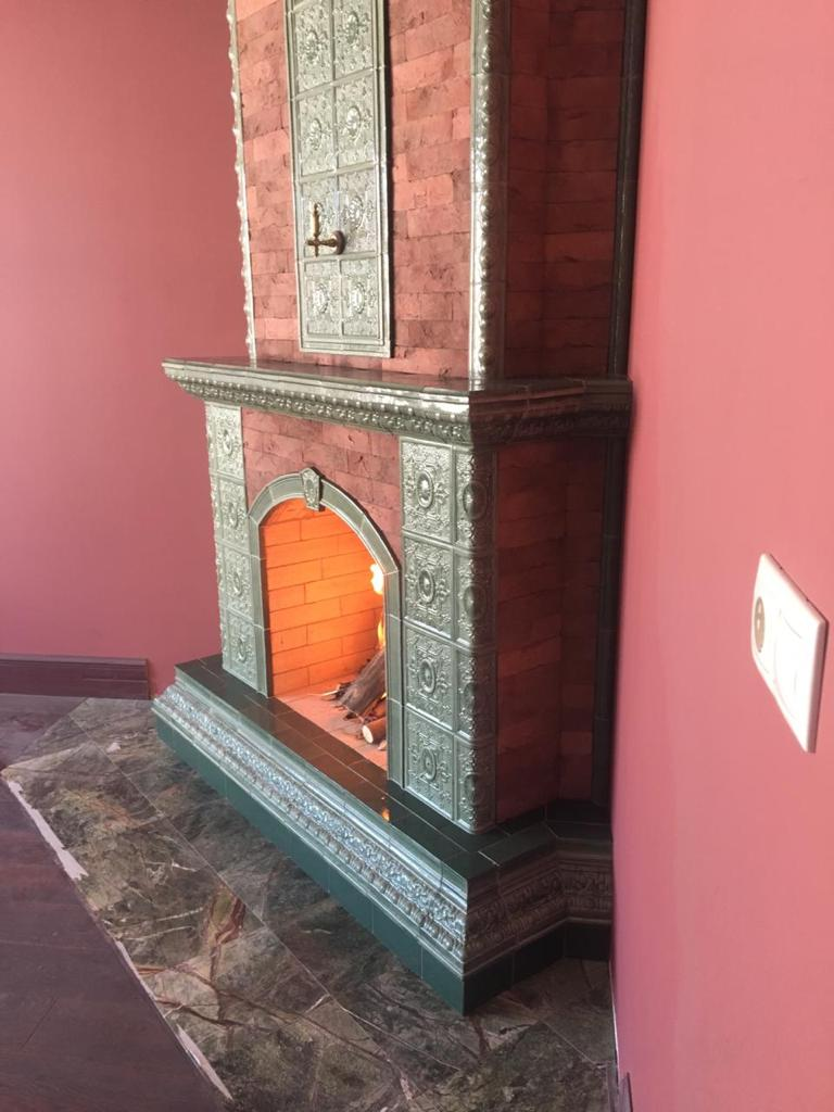 камин красный кирпич отделка бронзовым изразцом
