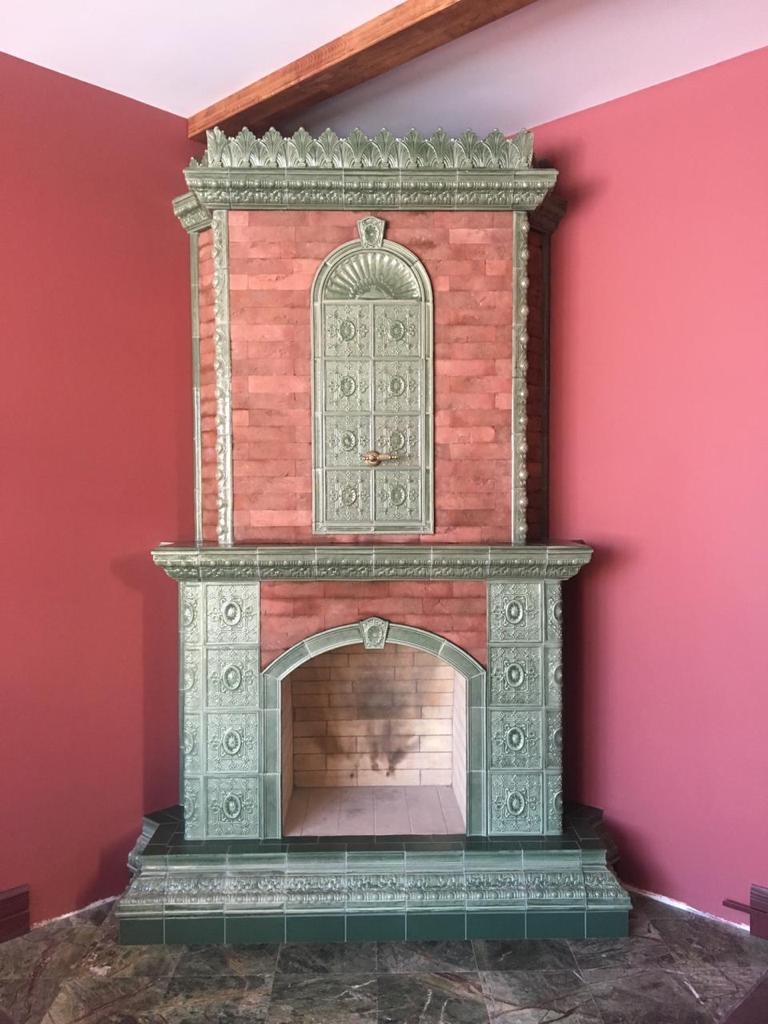 камин из красного кирпича с изразцами цвет бронзовый