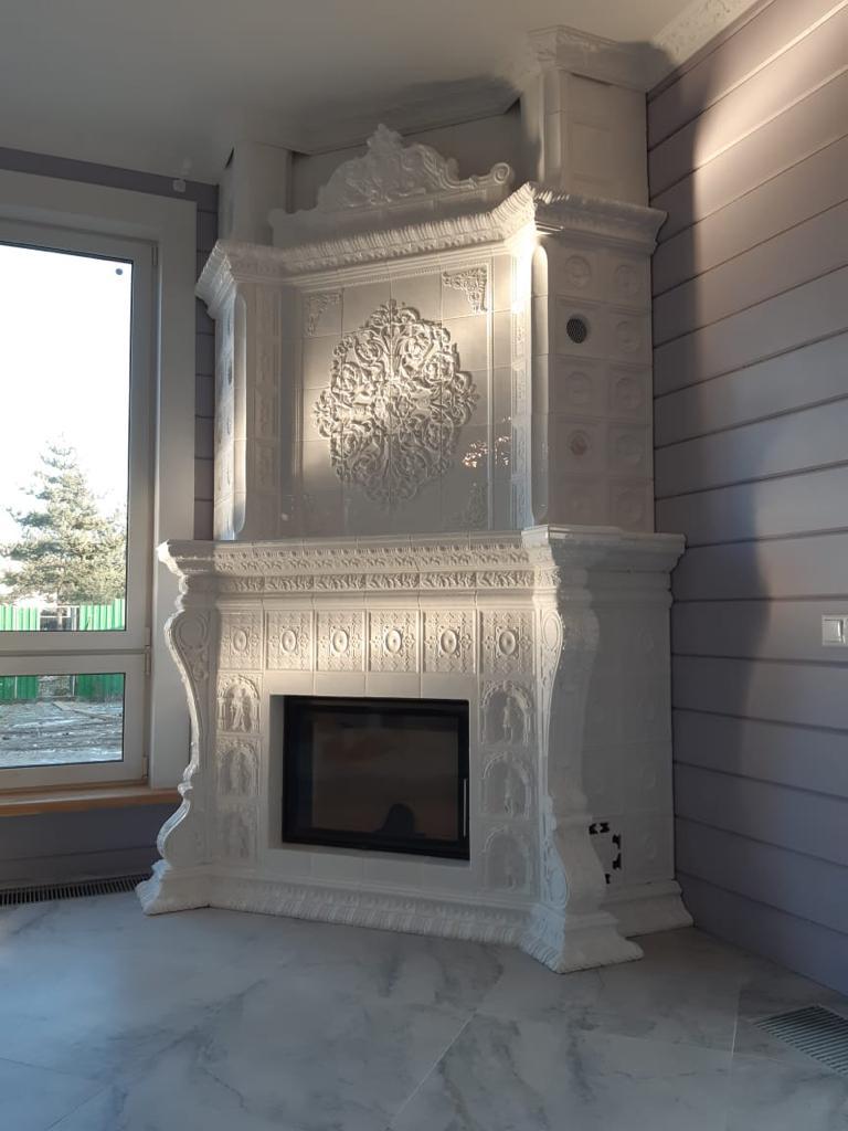 угловой камин в интерьере гостиной