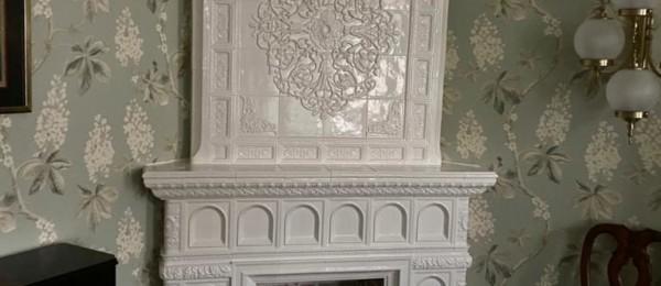 Компактный белый камин