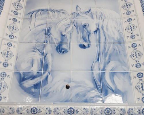 Камин с изображением коней, изразцы серии Петровские