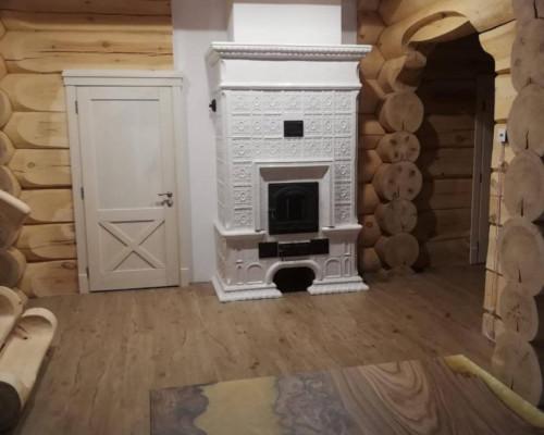 Печь белая в интерьере деревянного дома-сруба